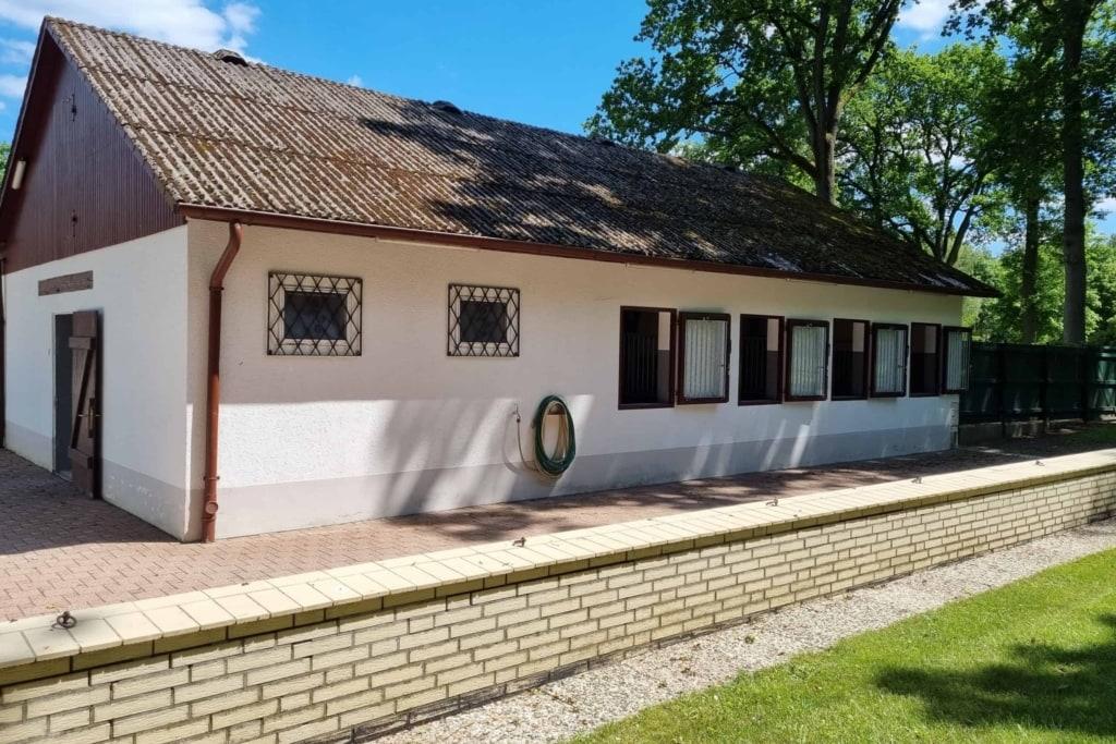 Aussenansicht Pferdestall von Hof Barrl in Schneverdingen mit 8 Boxen