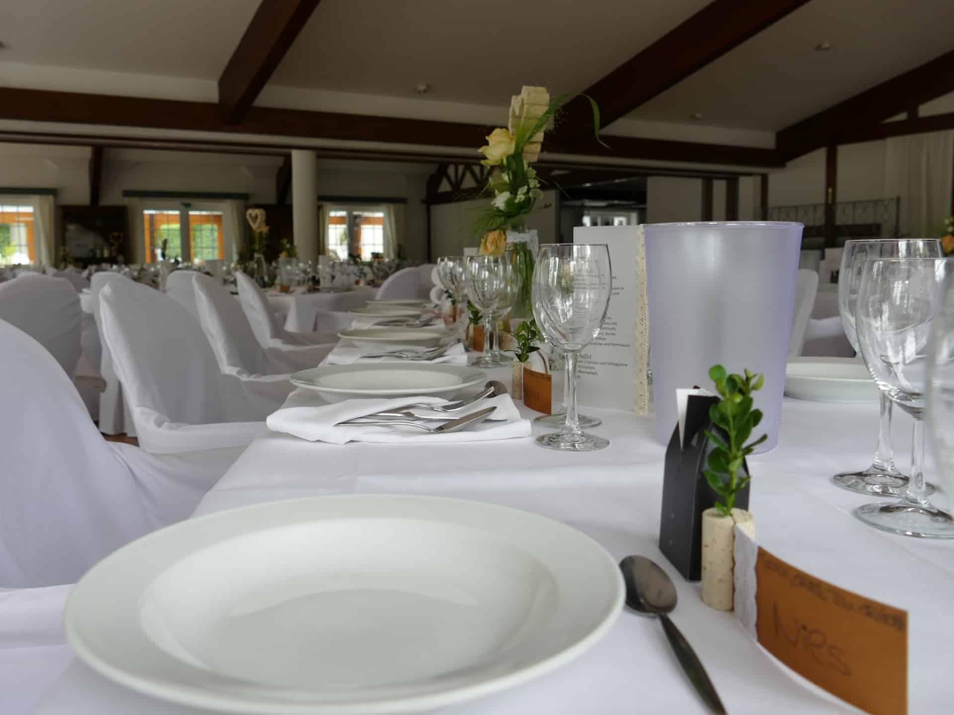 Beispiel festlich gedeckte Hochzeitstafel in weiß, grüne und creme | Hof Barrl Lüneburger Heide