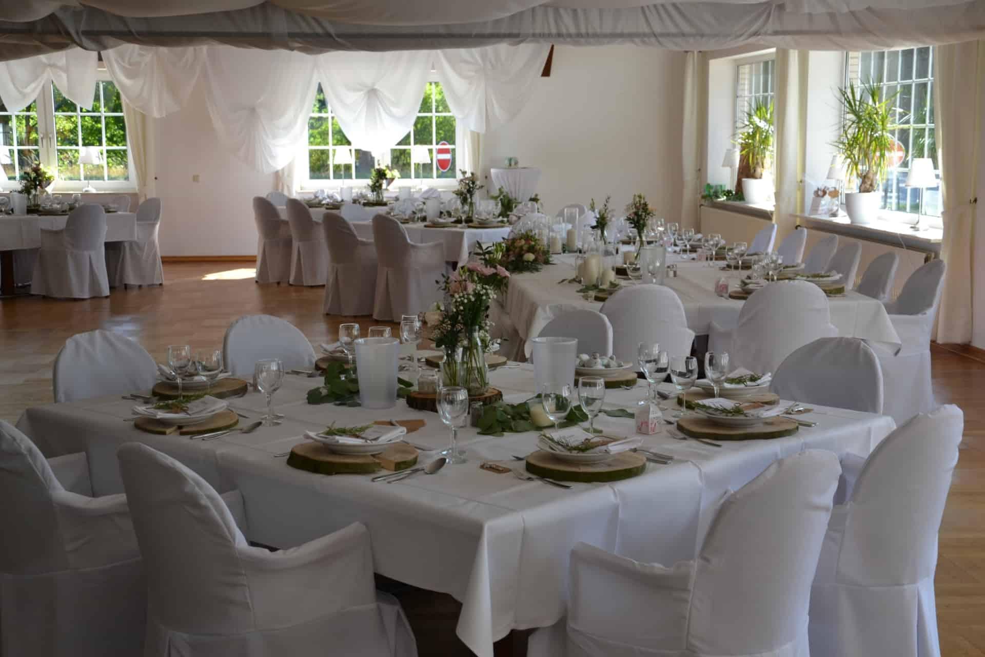 Festlich geschmückter Sall mit gedeckten Tafeln zur Hochzeit im Hof Barrl, Schneverdingen